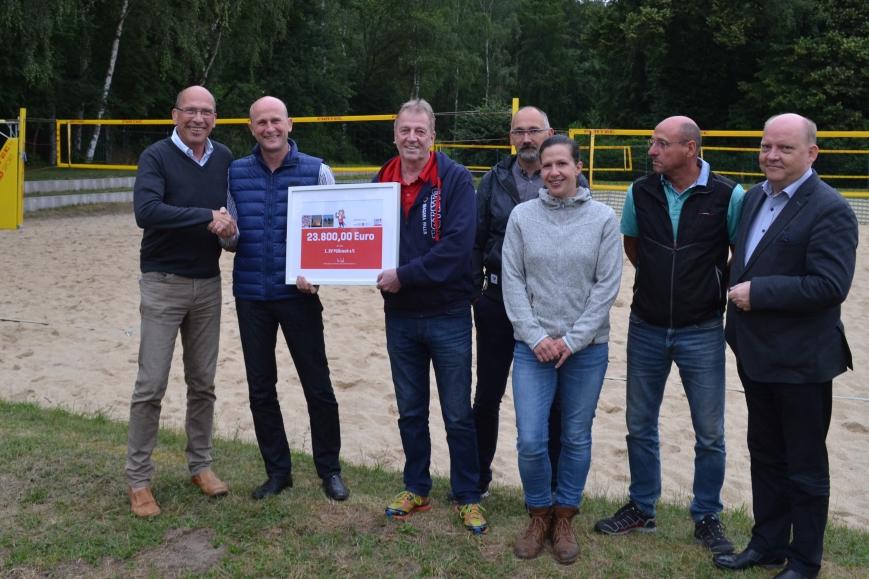 Fördermittelbescheid für Beach-Volleyballer übergeben