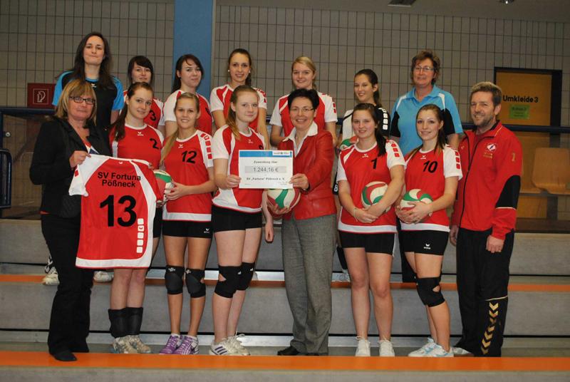 Mädchen U 18-Mannschaft des SV Fortuna Pößneck freut sich über neue Spielkleidung aus Lottomitteln